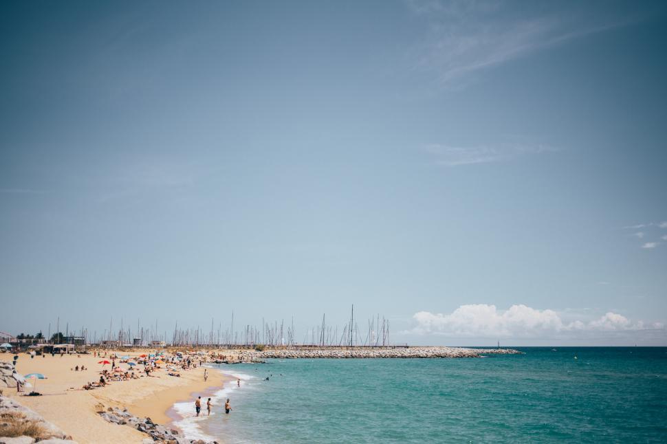 Vista panorâmica de uma praia espanhola com turistas