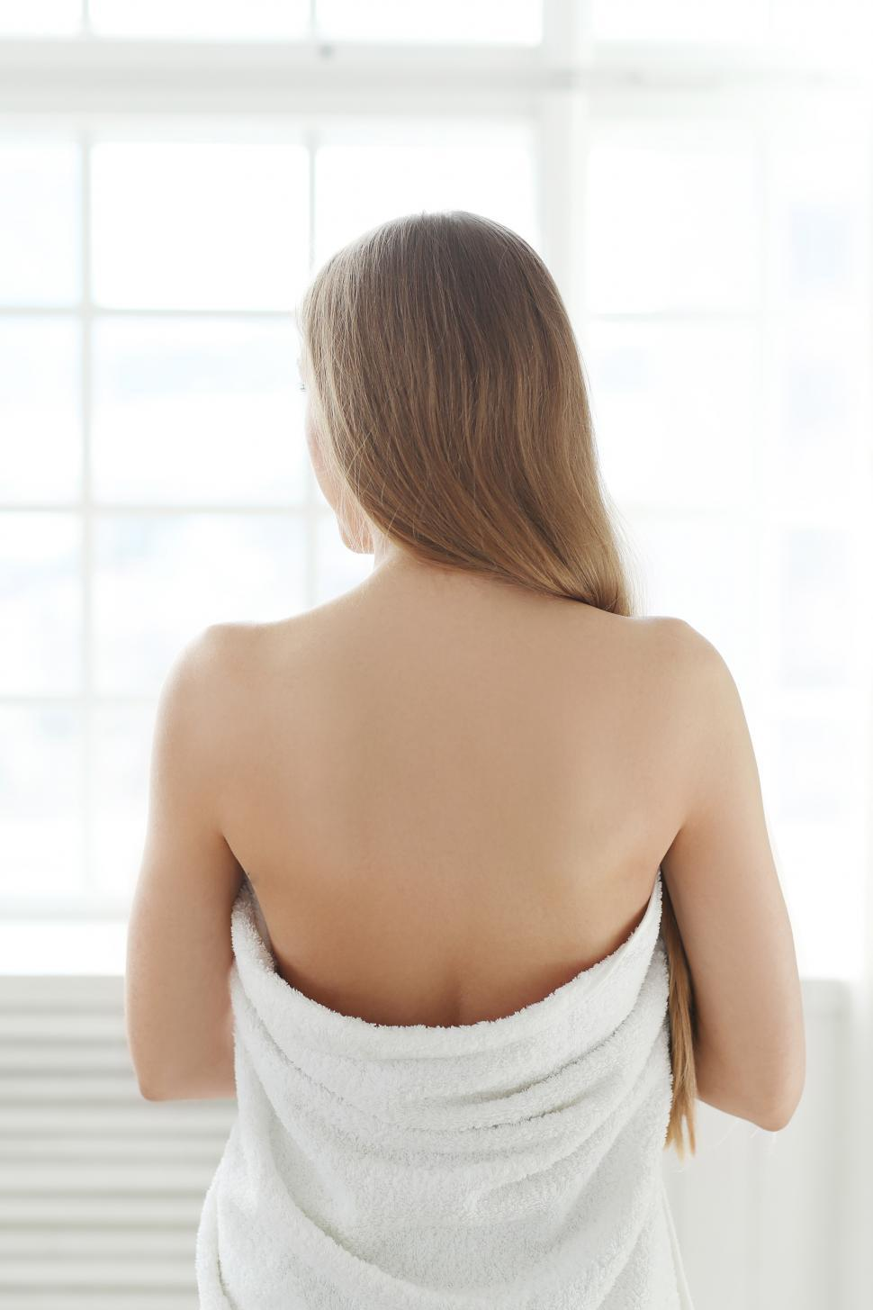 Download Free Stock Photo of Woman with back to camera