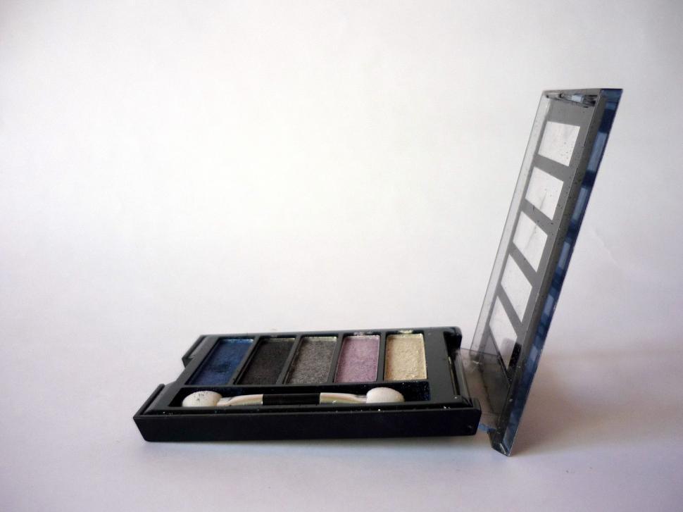 Download Free Stock HD Photo of MakeUp Kit Online